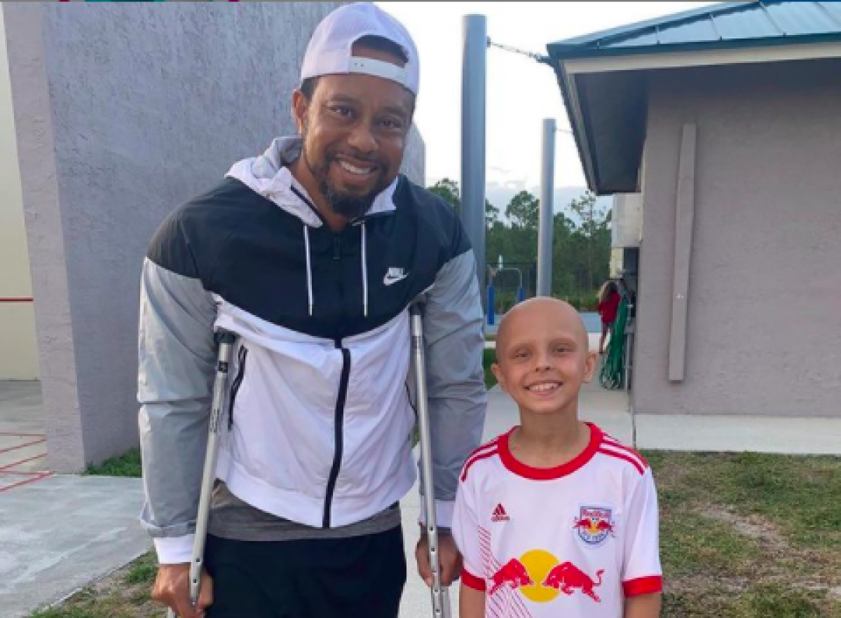 Tiger Woods takes picture with young cancer patient Luna Perrone   GolfMagic