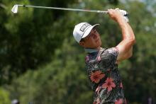 Penggemar golf bereaksi ketika Victor Hoffland mengenakan kemeja FLOWERY ke Valspar