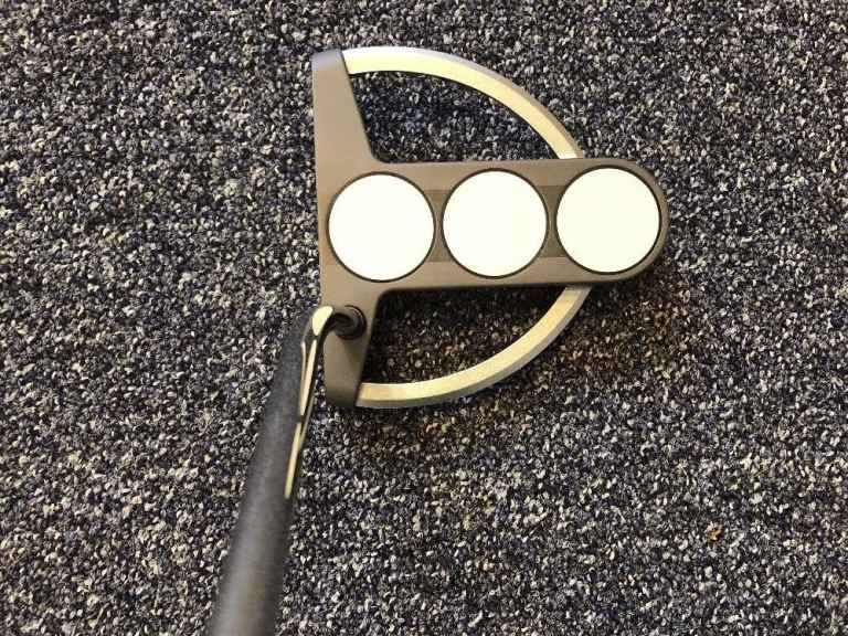 Man tries to sell his golf club over Facebook, gets crazy response!